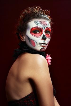 traje mexicano: Halloween componen cráneo del azúcar bella modelo con un perfecto peinado. Concepto de la Santa Muerte.