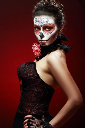 bruja sexy: Halloween componen cráneo del azúcar bella modelo con un perfecto peinado. Concepto de la Santa Muerte.