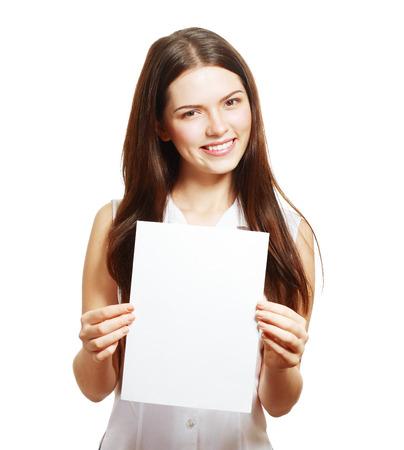 Een mooie vrouw houdt een blanco A4-kaart geïsoleerd op witte achtergrond
