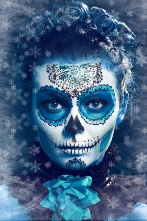 invierno componen el cráneo de azúcar bella modelo con hielo. Concepto de la Santa Muerte.