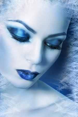 ice-queen. Jonge vrouw in creatieve afbeelding met zilveren blauwe artistieke make-up en perfecte kapsel.