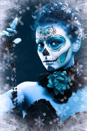 winter make-up suiker schedel mooi model met ijs. Santa Muerte-concept. Stockfoto