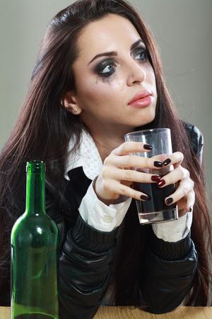 tomando alcohol: Mujer llorando joven en la depresi�n beber alcohol potable