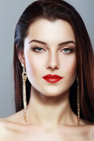 schöne Frau Gesicht mit perfekter Make-up und roten Lippen anfas
