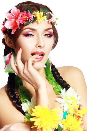 maquillaje de fantasia: Hermosa ni�a ex�tica con accesorios de Hawai con perfecto maquillaje