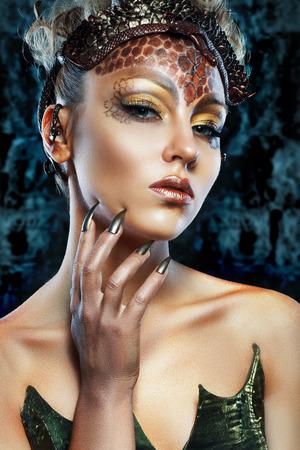 maquillaje de fantasia: Gorgon Medusa en la mazmorra. Mujer joven con el peinado creativo fantasía y maquillaje Foto de archivo