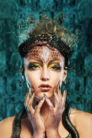 Gorgon Medusa im Kerker. Junge Frau mit kreativer Phantasie Frisur und Make-up