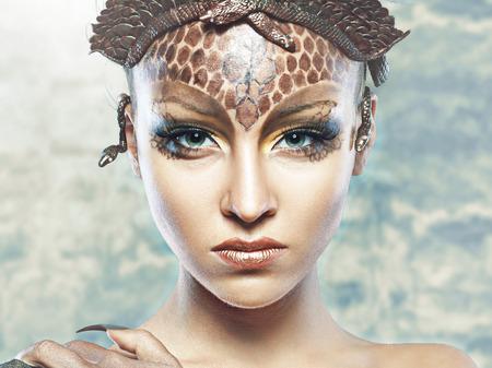 Gorgone Méduse en donjon. Jeune femme avec la coiffure de fantaisie et de maquillage