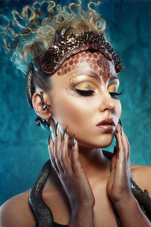 fantasy makeup: Gorgona Medusa. Mujer joven con el peinado creativo fantasía y maquillaje Foto de archivo