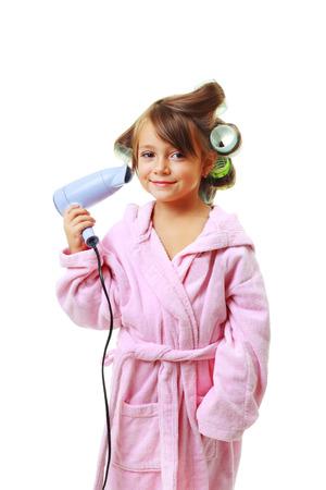 five years old: carina di cinque anni Ragazza con un pettine in bigodini su un bianco