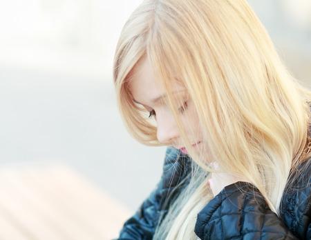 Triste ragazza adolescente con problemi all'aperto Close up