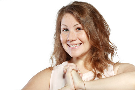asombro: La mujer joven es feliz y sonriente su cara de asombro