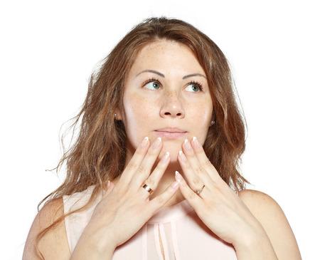 asombro: La mujer joven est� sosteniendo su cara de asombro y de pensar
