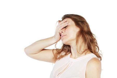 vrouw houdt haar hand op haar ogen voelde een pijn hoofdpijn