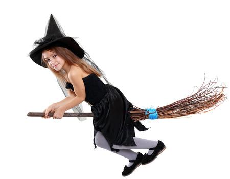 mooi schattig klein meisje in heks halloween kostuum houdt u de bezem geïsoleerd via Wit