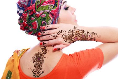 Mooie vrouw Arabische make-up en tulband op het hoofd met detail van henna wordt toegepast bij de hand en backt geïsoleerde Stockfoto