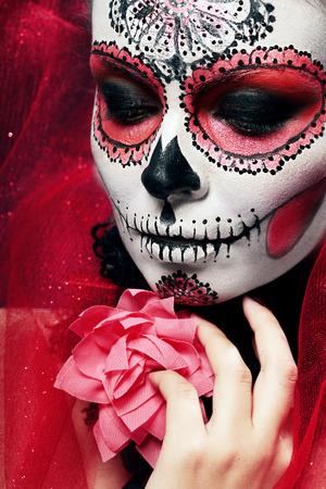 skull and flowers: Halloween componen el cr�neo de az�car bella modelo con el peinado perfecto. Concepto de la Santa Muerte.