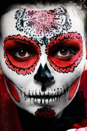 traje mexicano: Halloween componen el cráneo de azúcar bella modelo con el peinado perfecto. Concepto de la Santa Muerte.