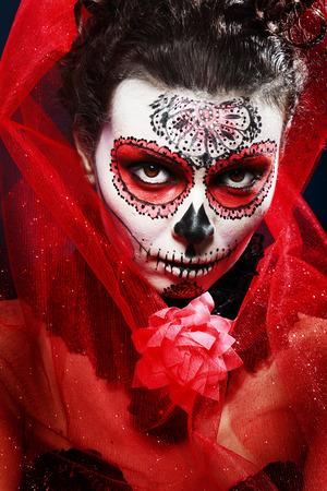 tatouage sexy: Halloween maquillage crâne de sucre beau modèle avec la coiffure parfaite. Notion de Santa Muerte.