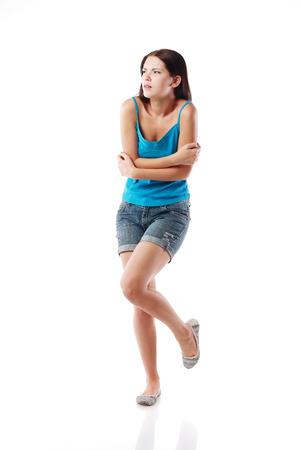 tremante: full-length ritratto di tremare donna, isolato su bianco. Concetto di freddo e gelo