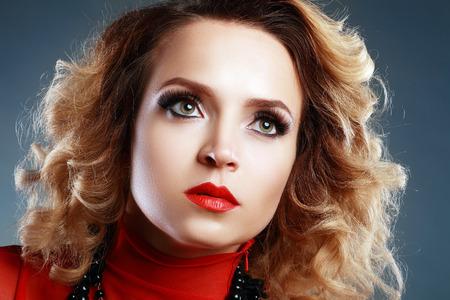 pesta�as postizas: Gorgeous mujer joven y bella modelo con perfecto maquillaje y pesta�as falsas largas