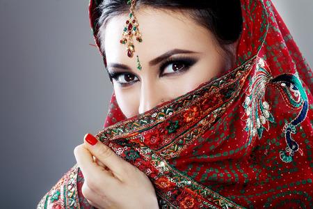 bollywood: Belleza de la cara de la India de cerca hermosos ojos con maquillaje perfecto hasta la boda