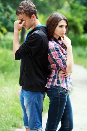 personas tristes: Dos adolescentes aparte de mirada triste, rompiendo