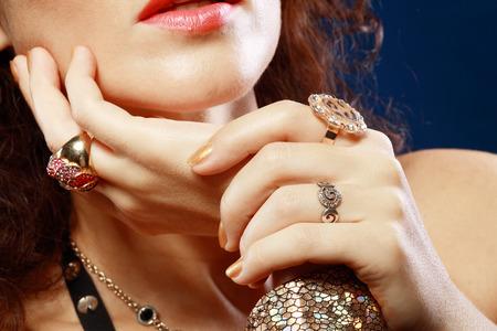 Vrouw met luxe sieraden handen close up Stockfoto