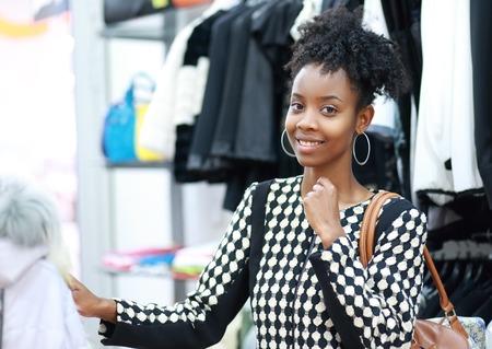 mannequin africain: belle jeune fille achats africain dans le département de vêtement Banque d'images