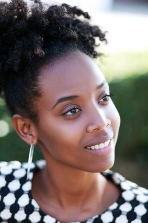 modelos negras: Close up retrato de una joven alegre mujer africana sonriente al aire libre Foto de archivo