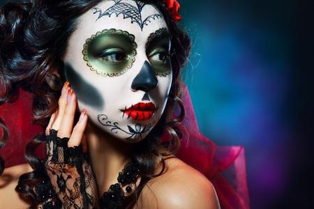 fantasy makeup: Halloween componen el cráneo de azúcar bella modelo con el peinado perfecto. Concepto de la Santa Muerte.