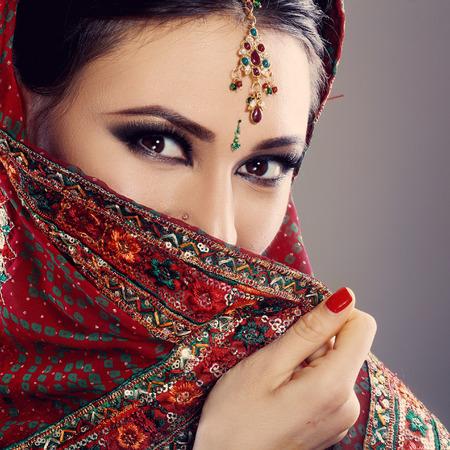 hinduismo: Belleza de la cara de la India de cerca hermosos ojos con maquillaje perfecto hasta la boda