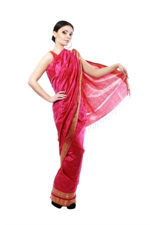 mujer cuerpo entero: Todo el cuerpo tradicional de la muchacha india hermosa modelo de moda en traje sari