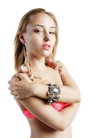 eigenaardig: Eigenaardige Vrouw met Shell oorbellen en houten armband Stockfoto