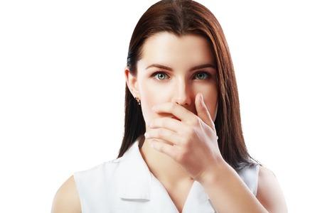 femme bouche ouverte: Close-up portrait de surpris et effray� belle jeune fille tenant sa t�te dans l'�tonnement et la bouche ouverte. Sur fond blanc