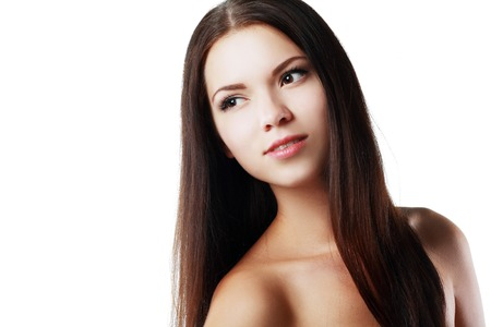 Mujer étnica hermosa. Retrato de la belleza de la raza mixta asiática modelo de belleza femenina caucásica aislado sobre fondo blanco. Primer de la mujer con el pelo largo y oscuro.