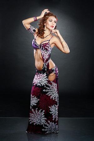 gogo girl: attraktive Frau Tanz für Bauchtanz schwarzer Hintergrund
