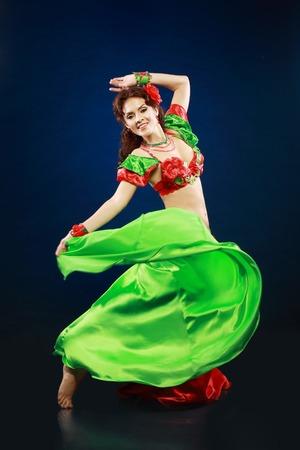 vientre femenino: Un retrato de una bella bailarina del vientre sobre fondo oscuro