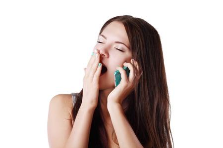 yawing: Mujer gui�ada Sleepy contestar una llamada telef�nica temprano en su tel�fono m�vil Foto de archivo