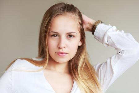 expresiones faciales: tiro en la cabeza de la muchacha adolescente hermosa que sonr�e con buen Babysmile