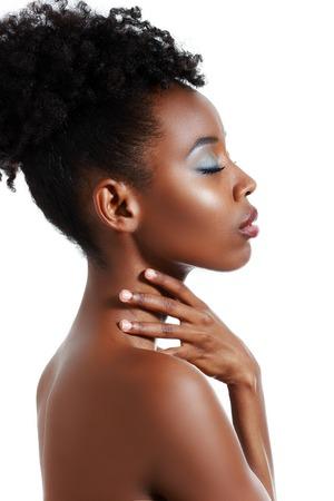 Schöne schwarze Frau posiert in einem Studio