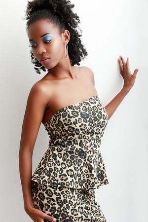 american sexy: Красивая молодая афро-американских модель позирует на фоне белой стены с тенью