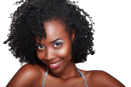Mooie zwarte vrouw met perfecte make-up over wit