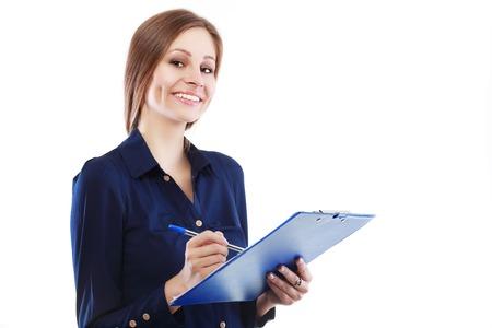 documentos: Sonriente mujer de negocios del yougn titulares de un documento en el sujetapapeles aislado en el fondo blanco