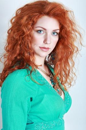 pelirrojas: Retrato de una mujer joven con el pelo rojo y ojos azules