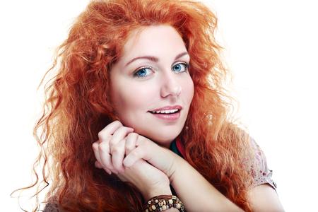 porrista: hermosa mujer rizada sorprendida feliz pelo rojo joven Foto de archivo