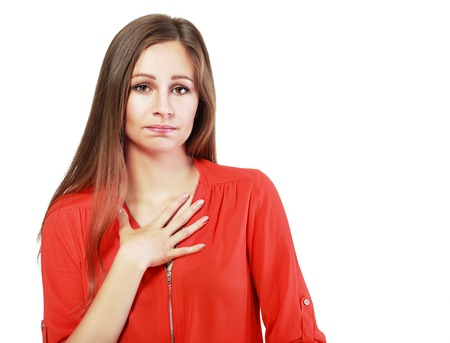 corporal language: Primer retrato de mujer joven mirando a la c�mara diciendo lo siento que comet� un error a trav�s del lenguaje corporal y gestos de la mano. Aislado en el fondo blanco. Emociones humanas negativas expresiones faciales sentimientos