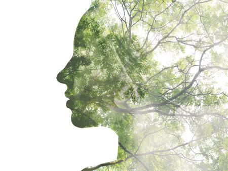 exposici�n: Retrato doble exposici�n de la se�ora atractiva combinada con la fotograf�a del �rbol. �Se creativo!