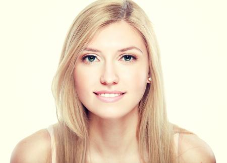 rubia: Retrato de una hermosa mujer rubia joven sensual aislada en el fondo blanco Moda retro tonificaci�n.