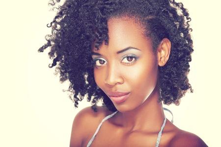 Mooie zwarte vrouw met perfecte make-up over wit Fashion retro toning.